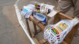 Vendeur de masques dans les rues d'Accra au Ghana, le 20 avril 2020 (image d'illustration).