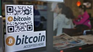 Une affiche indique que les bitcoins sont acceptés dans un café de Vancouver, au Canada. Photo : le 28 octobre 2013.