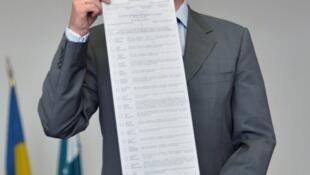 Глава Центризбиркома Михаил Охендовский назвал документы из «черной бухгалтерии» Партии регионов фальшивкой (фото от 14 мая 2014 года).