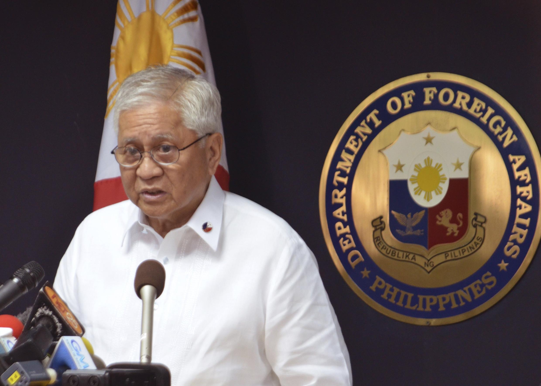 Ngoại trưởng Philippines Albert Del Rosario thông báo với báo giới quyết định của Manila đưa tranh chấp với Trung Quốc ra tòa án quốc tế, Manila, 22/01/2013.