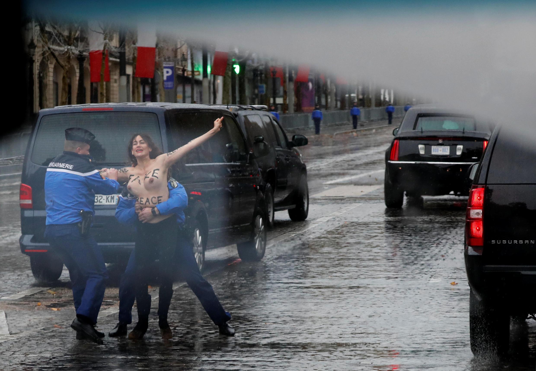 یکی از اعضای گروه فمن در خیابان شانزه لیزۀ پاریس