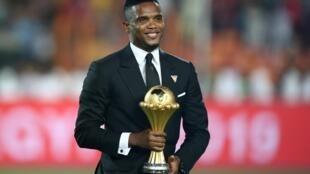 Le Camerounais Samuel Eto'o apporte le trophée remis à l'Algérie, qui a gagné la CAN 2019 en Egypte. Une Coupe d'Afrique des nations qui sera remise en jeu au Cameroun, lors de la CAN 2021.