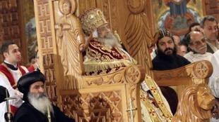 Miles de fieles se congregan en la Catedral de San Marcos, en El Cairo, para despedir al Papa de los coptos, Shenuda III