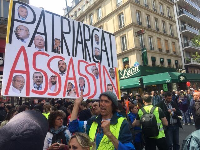 Até o presidente Jair Bolsonaro (no alto à direita) foi parar nos protestos em Paris.
