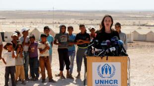A atriz Angelina Jolie no campo de refugiados de Azraq, na fronteira síria com a Jordânia, em 9 de setembro de 2016.