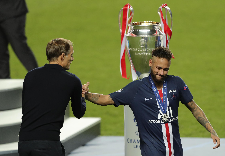 Thomas Tuchel avec Neymar après la défaite en finale de la Ligue des champions face au Bayern Munich (0-1), le 23 août 2020 à Lisbonne.
