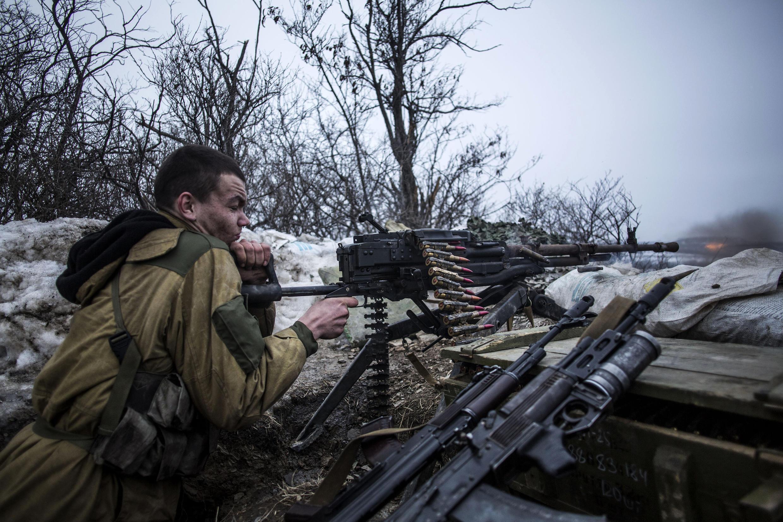 Un élément séparatiste pro-russe en plein feu aux alentours de la localité de Debaltsevo, dans la région de Donetsk, le 28 janvier 2015.