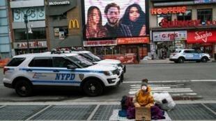 Une femme sans domicile dans une rue de New-York city, le 17 mars 2020.