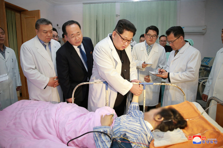 朝鲜最高领导人金正恩前往医院探望中国受伤游客资料图片