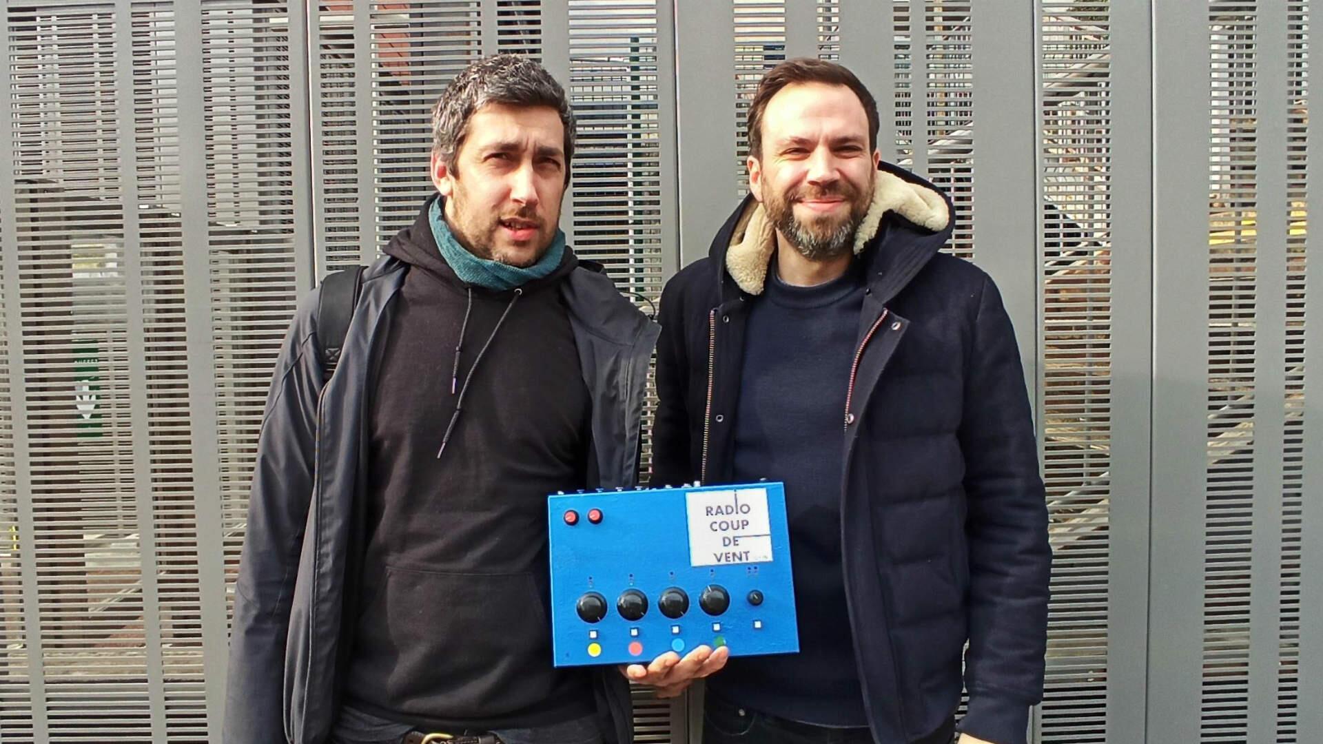 Anthony Capelli et Alexandre Plank portent le dernier prototype de la Radiobox, jeudi 13 février, à RFI.