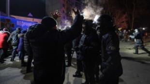 A Novi Sanjaryn, dans l'est de l'Ukraine, le nombre de manifestants a grossi au fil des heures, des feux ont été allumés et des échauffourées ont éclaté contre le retour d'évacués de Chine, le 20 février..