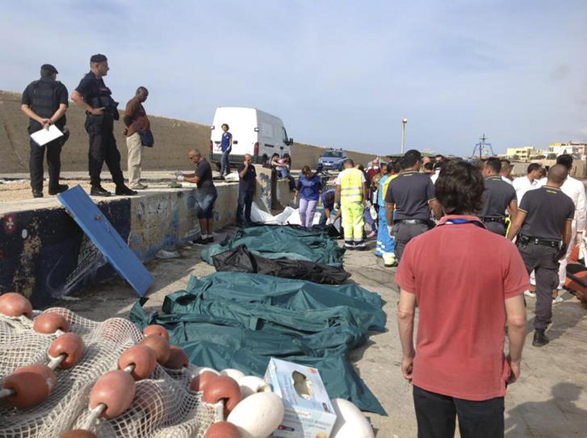 Thi thể nạn nhân nhập cư của  vụ đắm thuyền sáng ngày 3/10/2013 được đặt tạm trên bờ đảo  Lampedusa.
