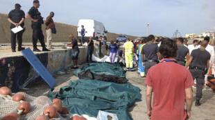 Les corps de migrants tués lors du naufrage de ce jeudi au large de Lampedusa, au port de Lampedusa.