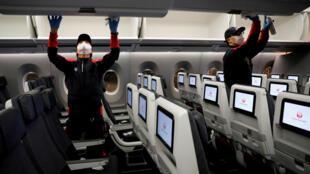 2020年5月26日,日本解除新冠防疫紧急状态首日,日本航空公司空服人员在完成一次国内飞行后对客舱进行消毒。