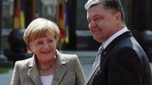 Angela Merkel é recebida pelo presidente ucraniano Petro Porochenko em Kiev
