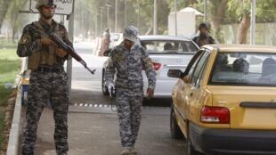 Policiais militares fazem segurança no perímetro do local onde acontece a reunião sobre o programa nuclear iraniano, em 23 de maio de 2012