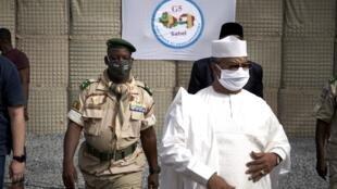Juin 2020 : Mahamat Saleh Annadif, envoyé spécial des Nations unies pour le Mali et le ministre malien de la Défense Ibrahima Dahirou Dembele, lors de l'inauguration du nouveau QG de la Minusma à Bamako (illustration).