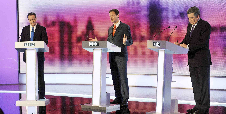 David Cameron, chef du parti conservateur (g), Nick Clegg, chef du parti libéral démocrate (c), Gordon Brown, Premier ministre (d) lors du troisième et dernier débat télévisé de la campagne des élections générales, à Birmingham, le 29 avril 2010.