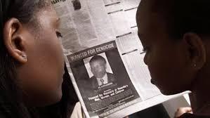 Wasu mutane a nahiyar Afrika yayin karanta labarin wata jaridar kasar Kenya a 2002, na bada sammacin kama Félicien Kabuga mutumin dake cikin jiga-jigan 'yan kasar Rwanda da suka hadda kisan kiyashin da aka yiwa 'yan kabilar Tutsi.