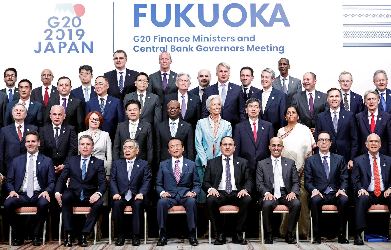 2019年6月9日,日本財務相麻生太郎在日本福岡與20國集團財長和央行行長會議與會者合影。