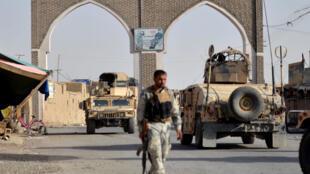 Des soldats afghans montent la garde dans la ville de Ghazni, pendant une vaste offensive des talibans, le 12 août 2018.