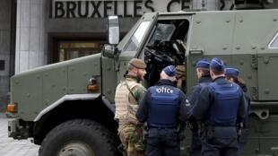 Полицейские и военные у центрального вокзала Брюсселя, 22 ноября 2015 г.