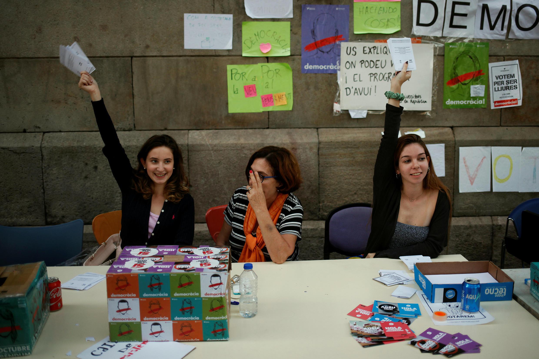 Студенты автономного университета Барселоны проводят агитацию за референдум, 29 сентября 2017.