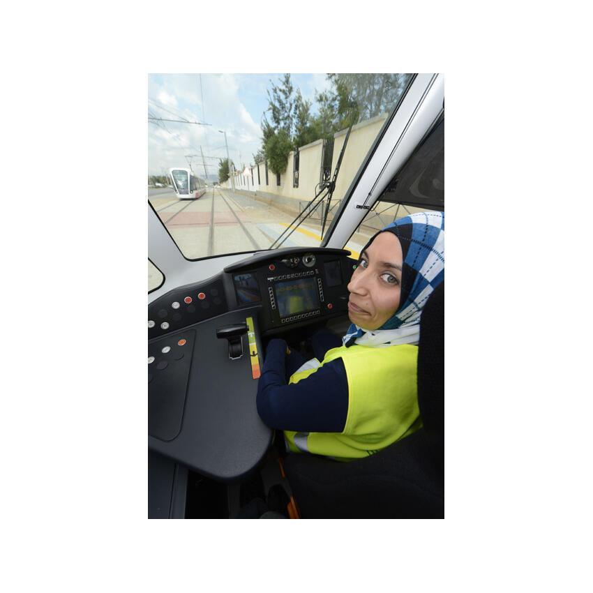 Meriem, l'une des deux conductrices du tramway d'Oran.
