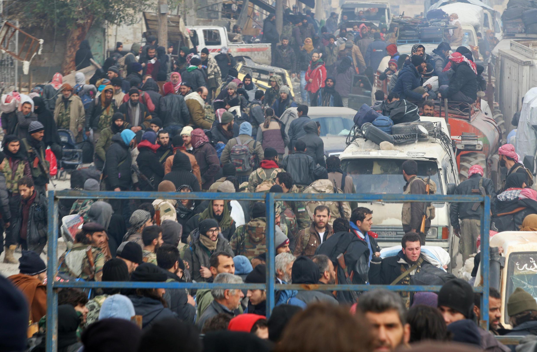 Aleppo : Dân chúng và lính lực lượng nổi dậy tập trung chờ được di tản. Ảnh ngày 16/12/2016.