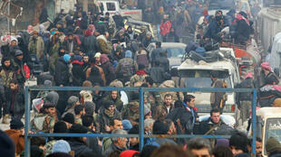Milhares de moradores de Aleppo aguardam a retomada da operação de evacuação da cidade.
