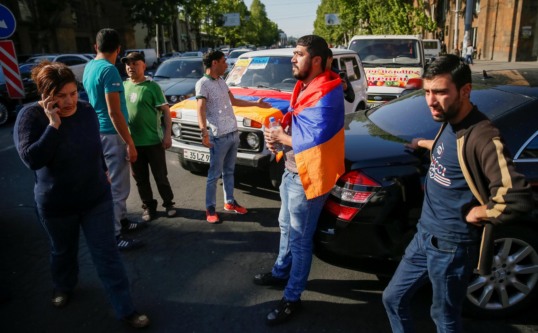 Сторонники Никола Пашиняна останавливают машины на улицах Еревана, 2 мая 2018 года.