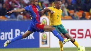 CAN 2013 disputa da bola entre o sul-africano Lehlohonolo Majoro e o caboverdiano Nivaldo