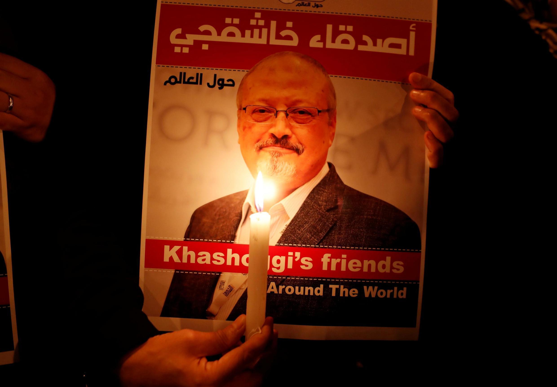 Ảnh minh họa: Người biểu tình cầm poster ảnh của Jamal Kashoggi nhà báo bị ám sát, trước lãnh sự quán Ả Rập Xê Út tại Istanbul (Thổ Nhĩ Kỳ). Ảnh chụp ngày 25/10/2018.