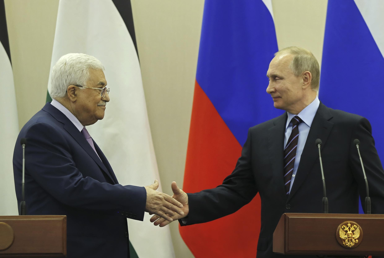 Vladimir Putin na Mahmoud Abbas,wakati wa mkutano wao Sochi, Mei 11, 2017.
