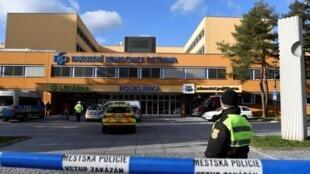 Polícia bloqueia o acesso ao Hospital Universitário, que foi palco de um tiroteio, em Ostrava, na República Tcheca, em 10 de dezembro de 2019.