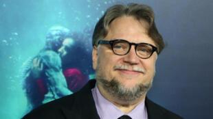 """Guillermo del Toro e o cartaz de """"A forma da água""""."""