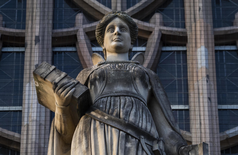 Суд приговорил Францию к выплате 100 тысяч евро семье жертвы домашнего насилия.
