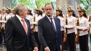 Les présidents cubain et français Raul Castro et François Hollande, le 11 mai 2015 à La Havane.