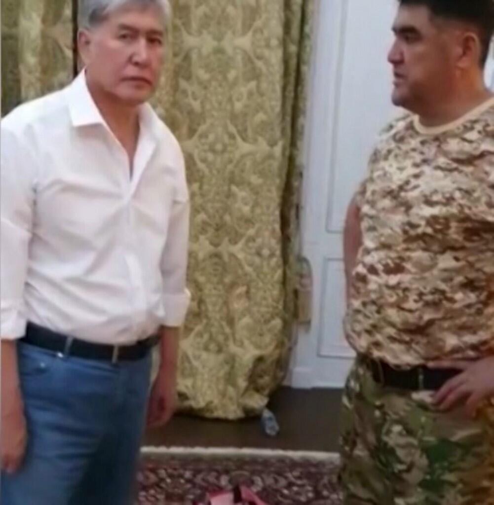 """یک فیلم ویدئویی که توسط """"رادیو اروپای آزاد/ رادیو آزادی"""" منتشر شده است """"الماسبیگ آتامبایف"""" رئیس جمهوری پیشین قرقیزستان را در حال مذاکره با نیروهای امنیتی در اقامتگاهش قبل از بازداشت نشان میدهد. پنجشنبه ١٧ مرداد/ ٨ اوت ٢٠۱٩"""