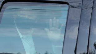 2020年10月4日,在沃爾特·里德國家軍事醫學中心治療的美國總統特朗普短暫離開病床坐車向支持者遙遙致意。