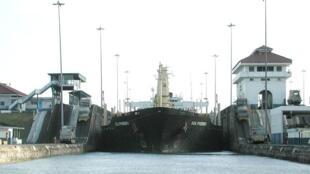 Un vraquier transitant dans les écluses Gatún du canal de Panama.