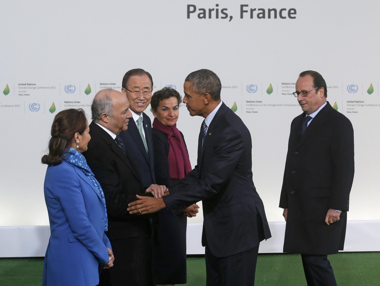 Presidente americano, Barack Obama, cumprimenta o ex-chanceler francês Laurent Fabius, que renunciou à presidência da COP 21 depois do sucesso do acordo.