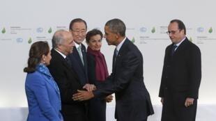 El presidente estadounidense Barack Obama es recibido por el canciller francés Laurent Fabius, el 30 de noviembre d e2015 en Le Bourget.