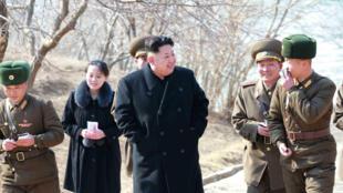 Kim Jong-Un thị sát một công ty quốc phòng ở tỉnh Kangwon, theo sau là cô em út Kim Yo-Jong.