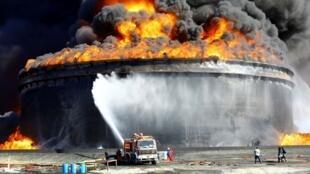 利比亞黎明黨聯盟民兵12月25日向該國三大石油碼頭之一發射火箭擊中儲油罐引發大火。