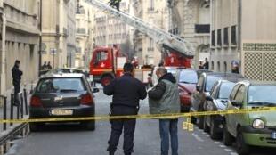 Policiais conduzem investigação em frente à embaixada da Indonésia em Paris, nesta quarta-feira.