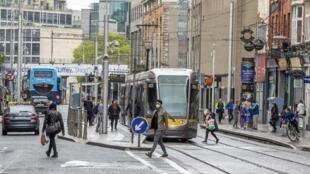 En Irlande, le port du masque est désormais obligatoire à bord des transports en commun. Ici, un tramway dans le centre-ville de Dublin, le 18 mai 2020 (photo d'illustration).