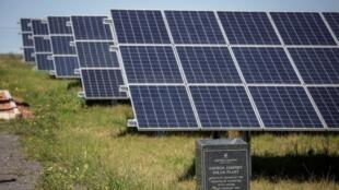 Ces panneaux solaires alimentent le premier aéroport à énergie solaire d'Afrique en Afrique du Sud dans la ville de George.