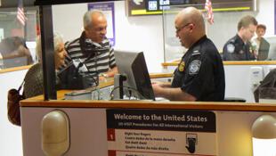 Kiểm tra hộ chiếu khi nhập cảnh tại sân bay quốc tế Miami, Hoa Kỳ.