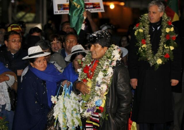 Presidente Evo Morales é recebido com festa no aeroporto El Alto, nos arredores de La Paz